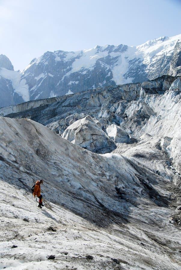 Absteigender Bergsteiger lizenzfreie stockfotografie