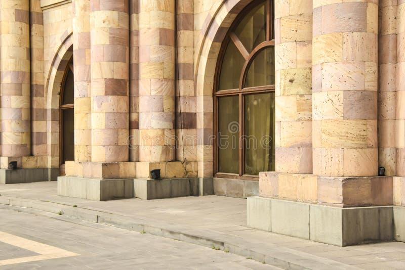 Abstração colorido de construção das colunas do tijolo do tufo da parede de pedra fotografia de stock
