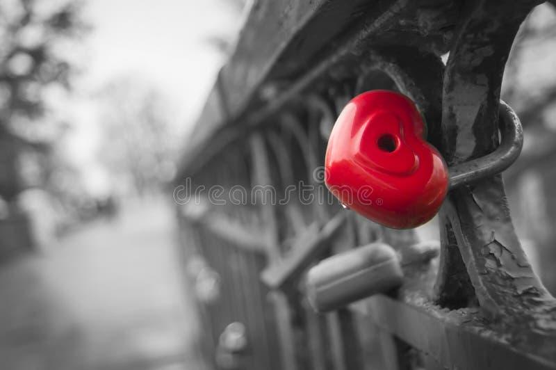 Abstração do símbolo dos sentimentos do sentido eterno do amor Castelo articulado metal sob a forma de um coração imagem de stock royalty free
