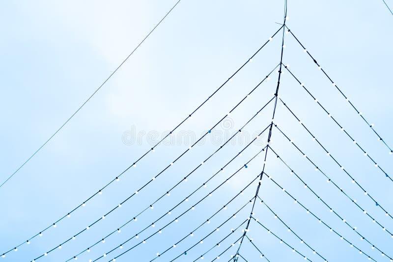 Abstração, festões elétricas contra o céu, Web de aranha dos fios fotografia de stock royalty free