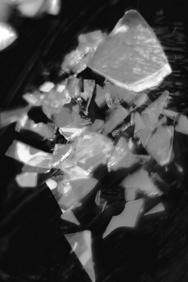 Abstração Vidro partido Variedade de formas Foto preta e branca Foto vertical fotografia de stock