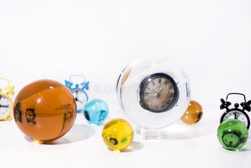 Abstracción del tiempo Bolas de cristal con reflexiones del reloj imagen de archivo