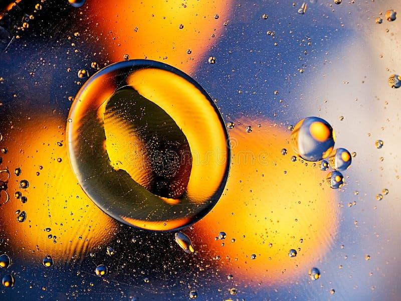 Abstracción naranja-amarilla en un fondo azul imágenes de archivo libres de regalías