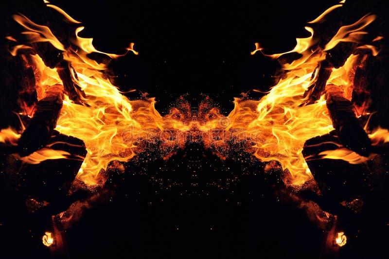 Abstracci?n, fuego ardiente con las chispas Tipo m?stico de mariposa o de monstruo Reflexi?n horizontal fotografía de archivo libre de regalías