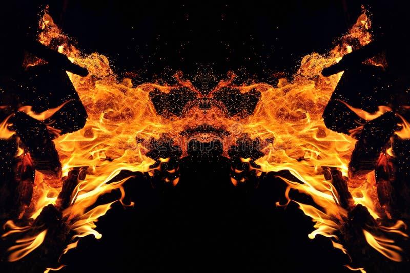 Abstracci?n, fuego ardiente con las chispas Tipo m?stico de mariposa o de monstruo Reflexi?n horizontal fotos de archivo