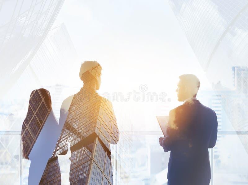 Abstract bedrijfsconcept drie silhouettenzakenlieden stock afbeelding