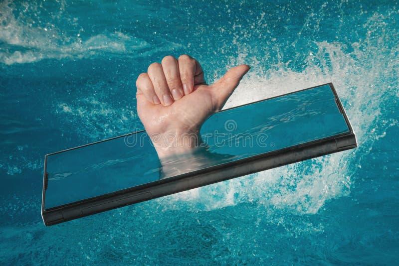 Abstract beeld van mededeling die gadgets van de zomervakantie, hand met duim gebruiken die omhoog uit het smartphonescherm plakk royalty-vrije stock foto