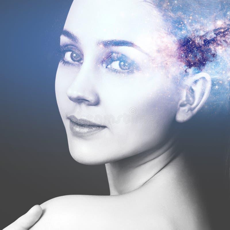 Abstract beeld van vrouwengezicht en kosmische melkweg royalty-vrije stock foto's