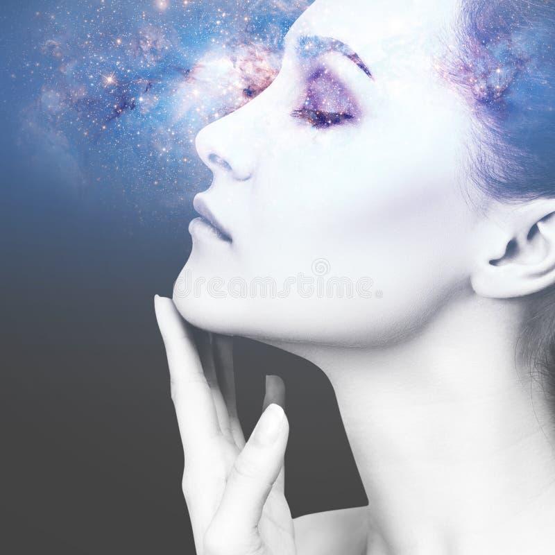 Abstract beeld van vrouwengezicht en kosmische melkweg royalty-vrije stock fotografie