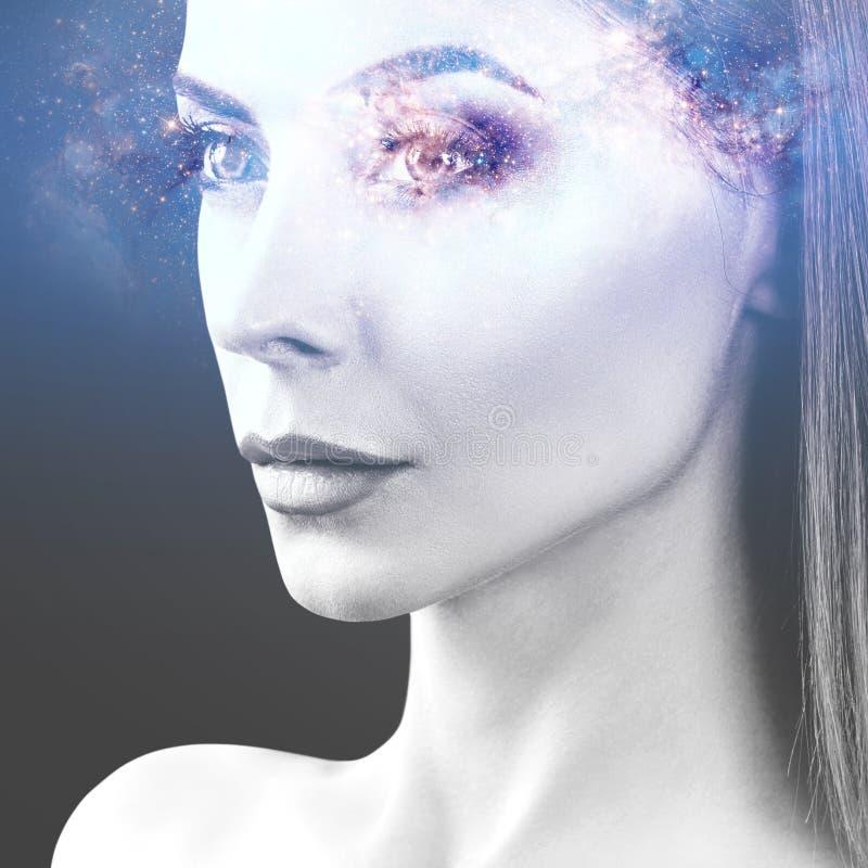 Abstract beeld van vrouwengezicht en kosmische melkweg stock foto's