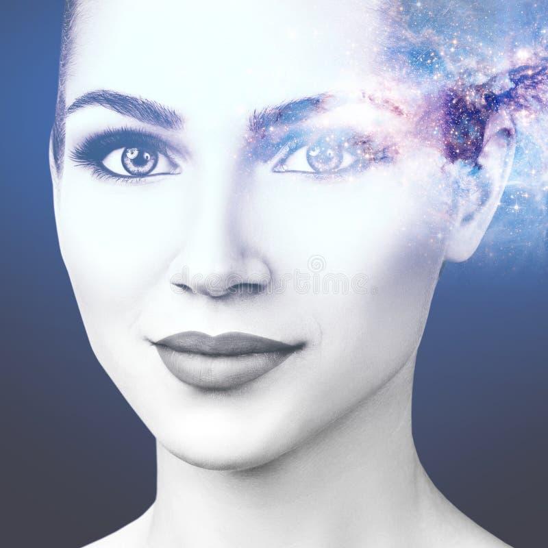 Abstract beeld van vrouwengezicht en kosmische melkweg stock foto