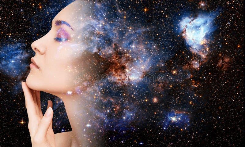 Abstract beeld van vrouwengezicht en kosmische melkweg stock afbeeldingen