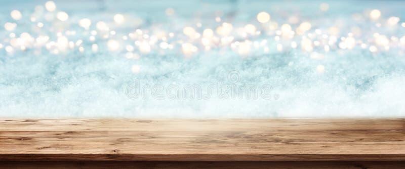 Abstract de winterpanorama met houten lijst stock foto