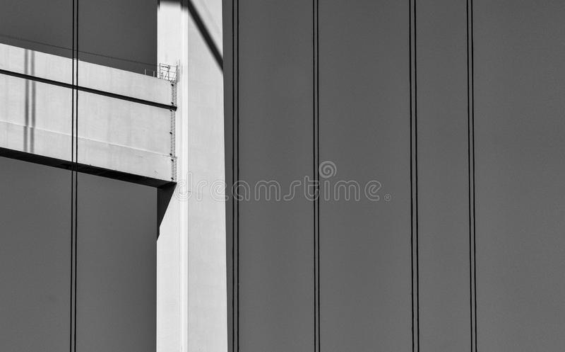 Abstract detail van de ondersteunende structuur van een brug met pijlers en staalkabels stock foto's