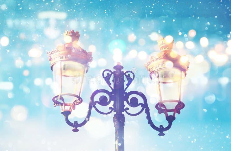 Abstract en magisch beeld van Kerstmisstraatlantaarns royalty-vrije stock foto's