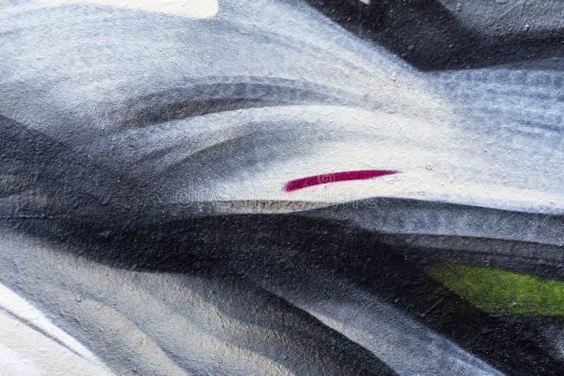 Abstract fragment van muur met oude afgebroken verf, kras, grunge textuur Aërosolontwerp, grijze, witte, zwarte schaduwen stock afbeeldingen