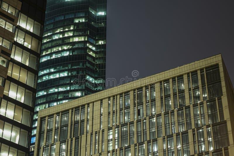 Abstract hi-tech fragment als achtergrond van de moderne gebouwen van het voorgevelbureau van staal en glas met lichten in de ven royalty-vrije stock afbeelding