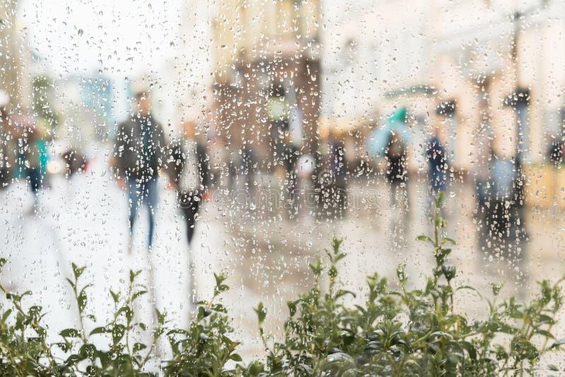 Abstract jong paar die hand in hand zonder een paraplu lopen die, niet de regen opmerken Gelukkig zij samen Concept van stock foto's