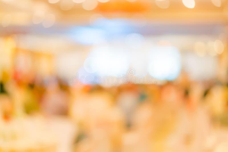 Abstract onduidelijk beeld van huwelijkspartij in grote zaal royalty-vrije stock foto's