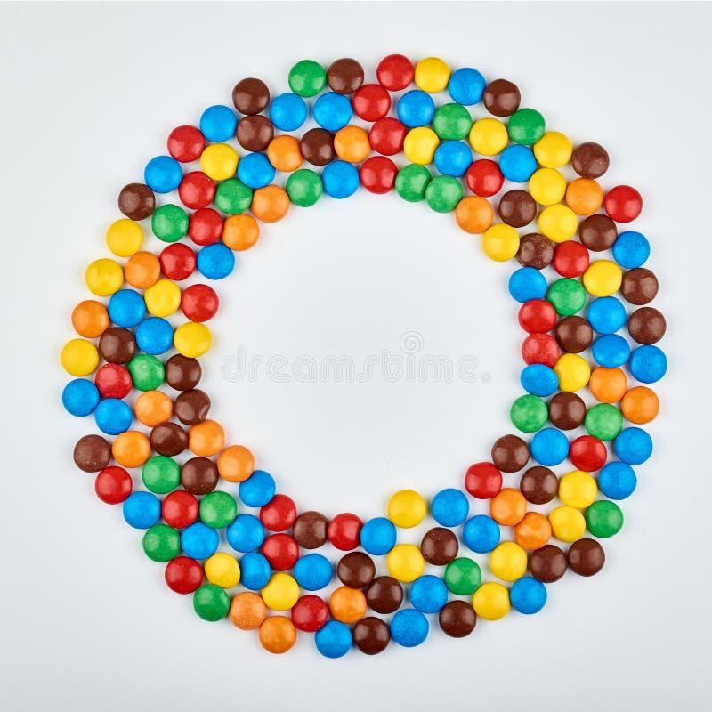 Abstract patroon met rond kleurensuikergoed op achtergrond Kleurrijke snoepjes hoogste mening vlak leg beeld stock foto