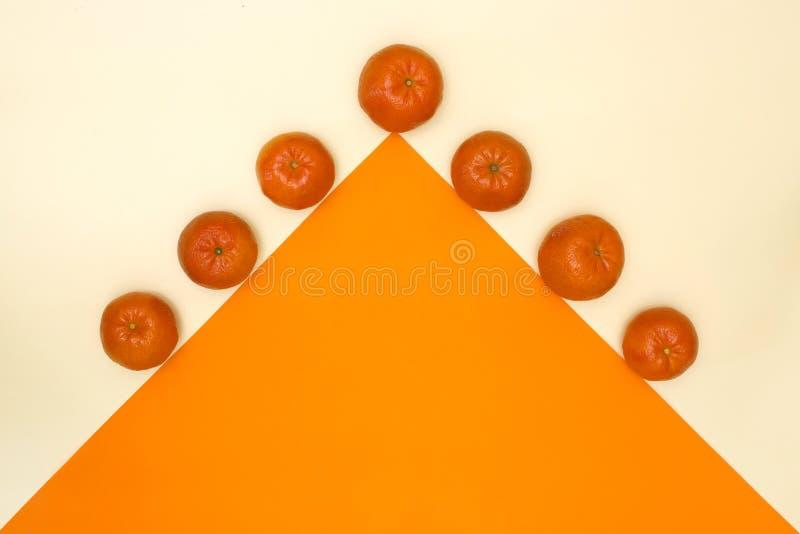 Abstract stilleven met mandarins en oranje driehoek royalty-vrije stock afbeeldingen