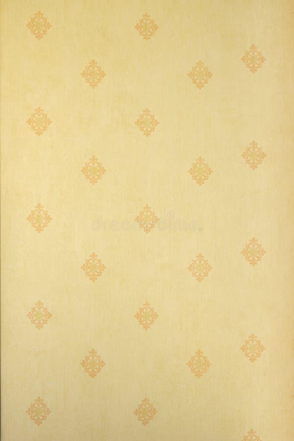 Abstract verticaal beige bloemenpatroon op een lichtgele muur - stof, herhaalde textuur, stock foto's
