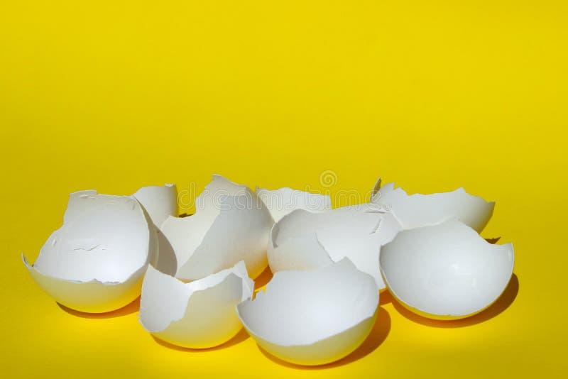 Abstract Voedselingrediënt Gebarsten Eieren dicht omhoog Gebroken Witte Kippeneierschaal Witte Eierschaal over Gele Achtergrond royalty-vrije stock foto's