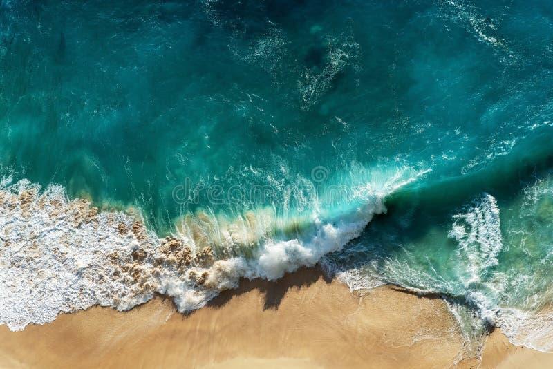 Abstract wit zandstrand met turkoois tropisch zeewater stock foto's
