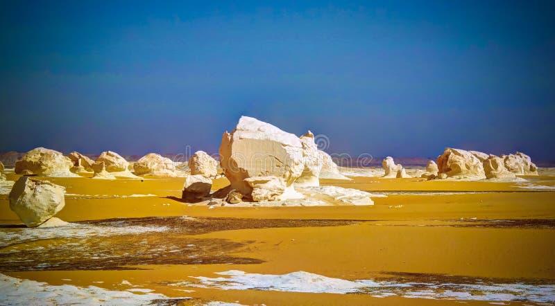 Abstracte aardbeeldhouwwerken in Witte woestijn, de Sahara, Egypte royalty-vrije stock foto