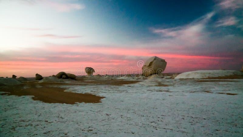 Abstracte aardbeeldhouwwerken in Witte woestijn, de Sahara, Egypte royalty-vrije stock foto's
