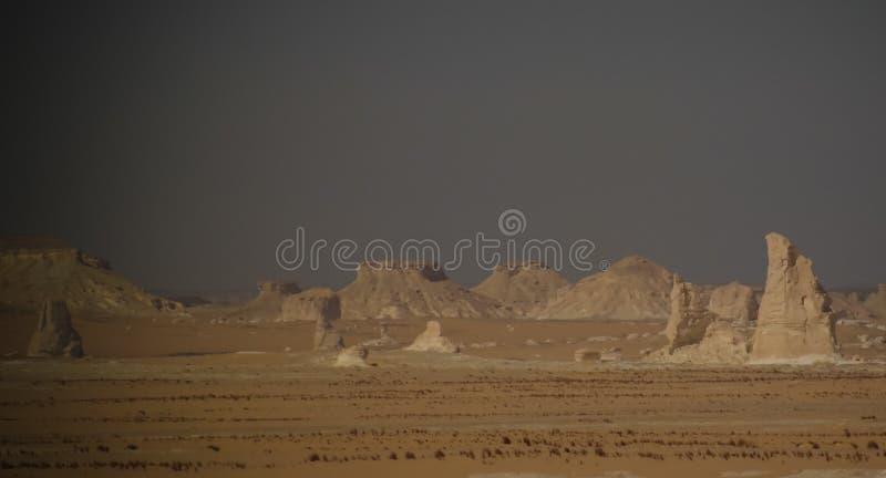 Abstracte aardbeeldhouwwerken in Witte woestijn, de Sahara, Egypte stock afbeelding