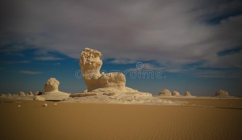 Abstracte aardbeeldhouwwerken in Witte woestijn in de Sahara, Egypte royalty-vrije stock foto