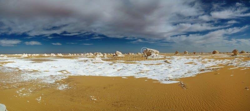 Abstracte aardbeeldhouwwerken in Witte woestijn in de Sahara, Egypte royalty-vrije stock afbeeldingen