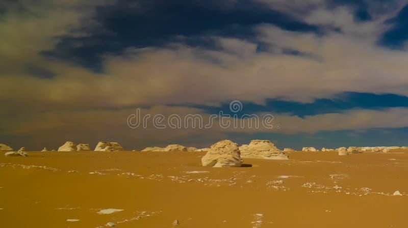 Abstracte aardbeeldhouwwerken in Witte woestijn in de Sahara, Egypte stock afbeeldingen