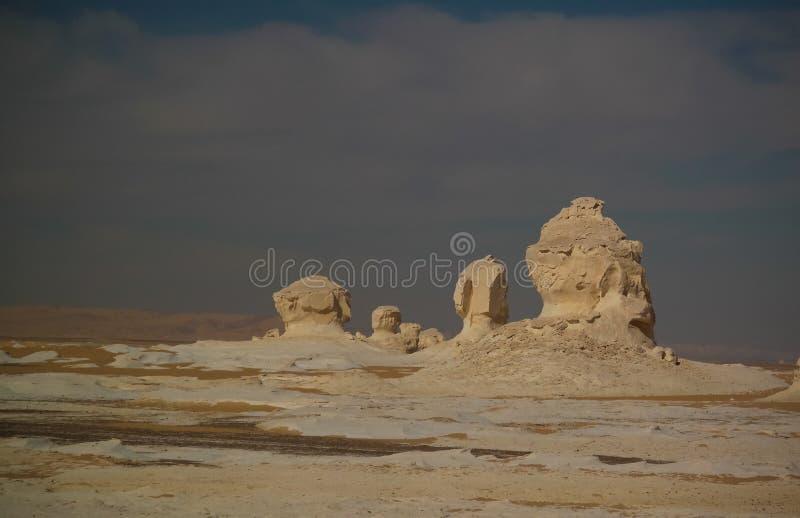 Abstracte aardbeeldhouwwerken in Witte woestijn in de Sahara, Egypte stock afbeelding