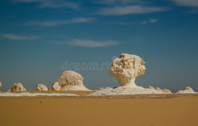 Abstracte aardbeeldhouwwerken in Witte woestijn, Sahara Egypt royalty-vrije stock foto's