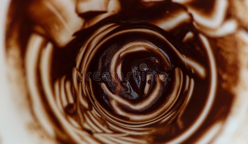 abstracte achtergrond Blijft van hete chocolade op de witte muren van de kop royalty-vrije stock fotografie
