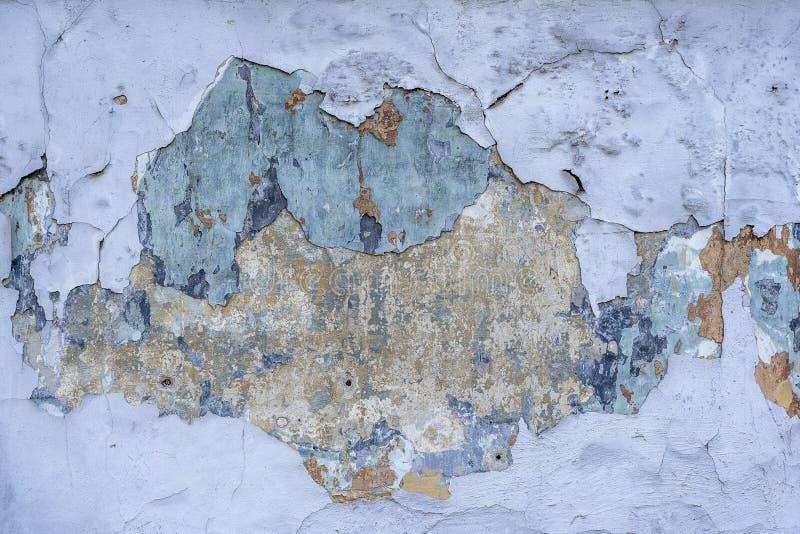 Abstracte achtergrond en textuur van gebarsten geschilderde muur Gebarsten concrete uitstekende blauwe muurachtergrond, oude muur royalty-vrije stock foto