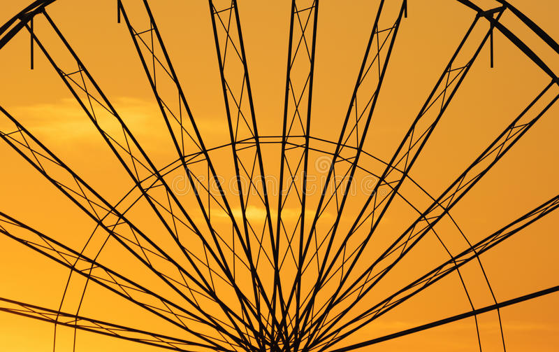 Abstracte Achtergrond, ferris metaal-wiel tegen hemel met zonsondergang stock foto's