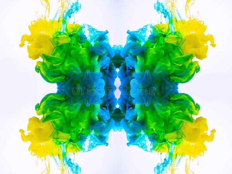 Abstracte achtergrond met geel-blauw-groene mysticuswolken, wervelende mist Macro van het acrylinkt mengen in vloeistof wordt ges royalty-vrije stock foto