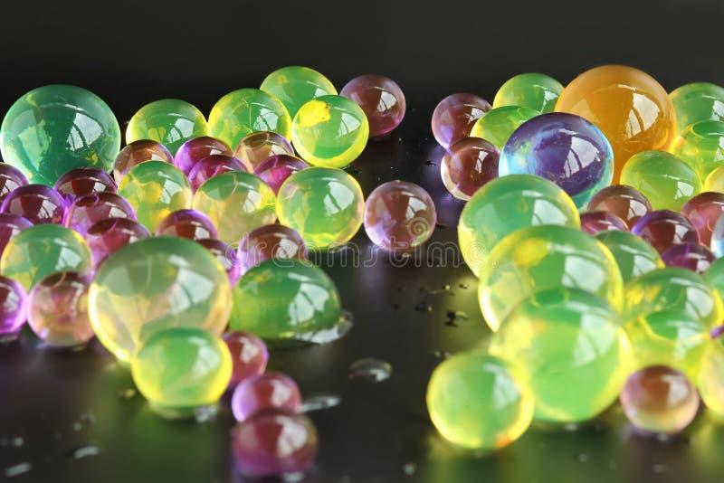 Abstracte achtergrond met kleurrijke hydrogel orbeez ballen stock foto's
