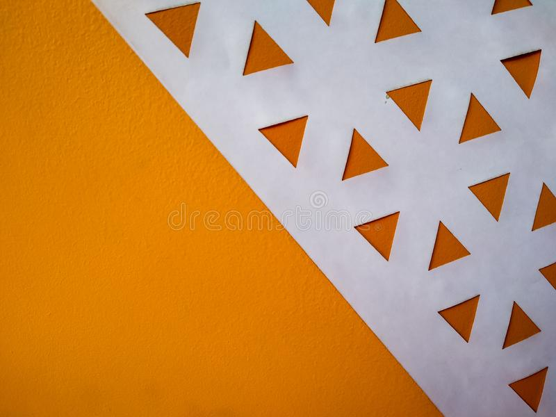 abstracte achtergrond met oranje driehoeken en spaties als lage poly stock foto