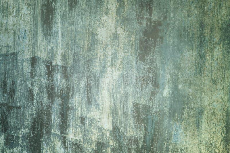 Abstracte achtergrond met plaats voor tekst De oude metaalomheining schilderde ongelijk vuile groene en witte verf stock afbeelding