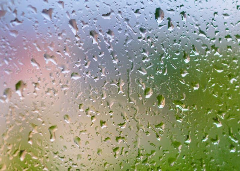 Abstracte achtergrond met regendruppels op glas stock afbeeldingen