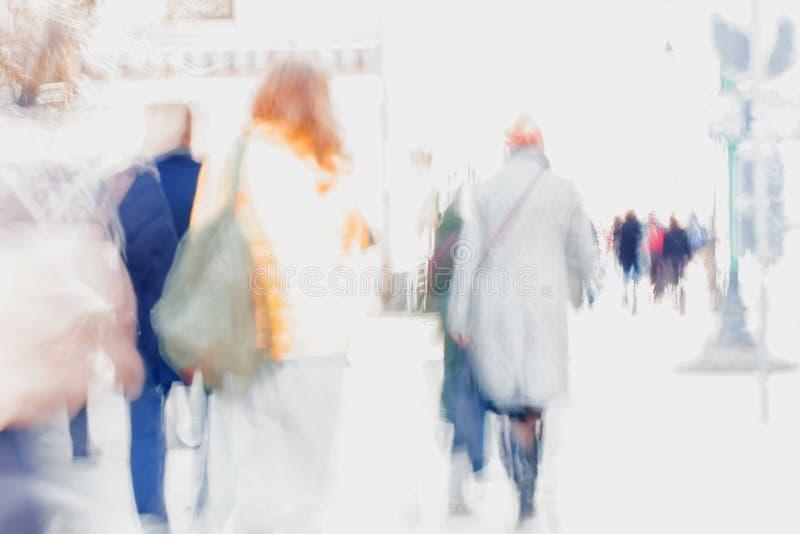 abstracte achtergrond Opzettelijk motieonduidelijk beeld Mensen die onderaan de stadsstraat lopen Concept het winkelen, het lopen stock foto