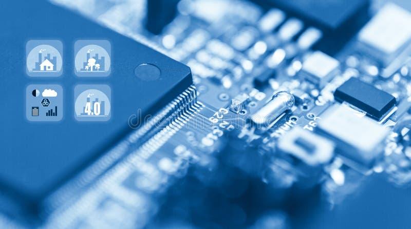 Abstracte achtergrond van close-updetails van elektronische cpu-spaander met kleurrijk de industriepictogram, concept moderne tec stock afbeelding