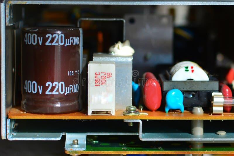 Abstracte achtergrond van de oude kringsraad en de radiocomponenten Een deel van oude wijnoogst gedrukte kringsraad met elektroni stock foto