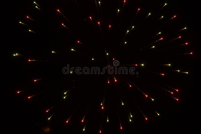 Abstracte Achtergrond: Vuurwerkverspreiding in Kerstmiskleuren stock foto's