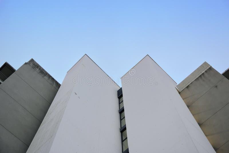 Abstracte architectuurachtergrond Verdwijnend punt tegen een blauwe hemel royalty-vrije stock afbeeldingen