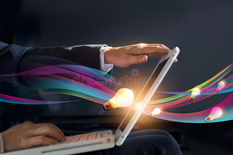 Abstracte bedrijfsmensen open laptop die stroom creatief idee van het werken krijgen stock afbeeldingen